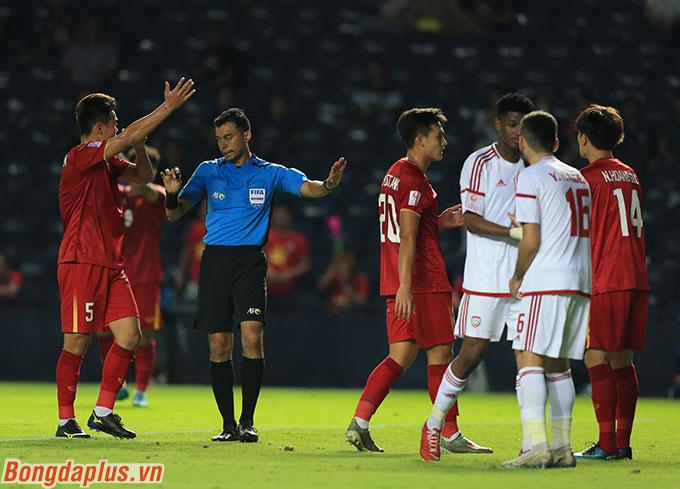 VAR cứu U23 Việt Nam một bàn thua trông thấy - Ảnh: Minh Tuấn