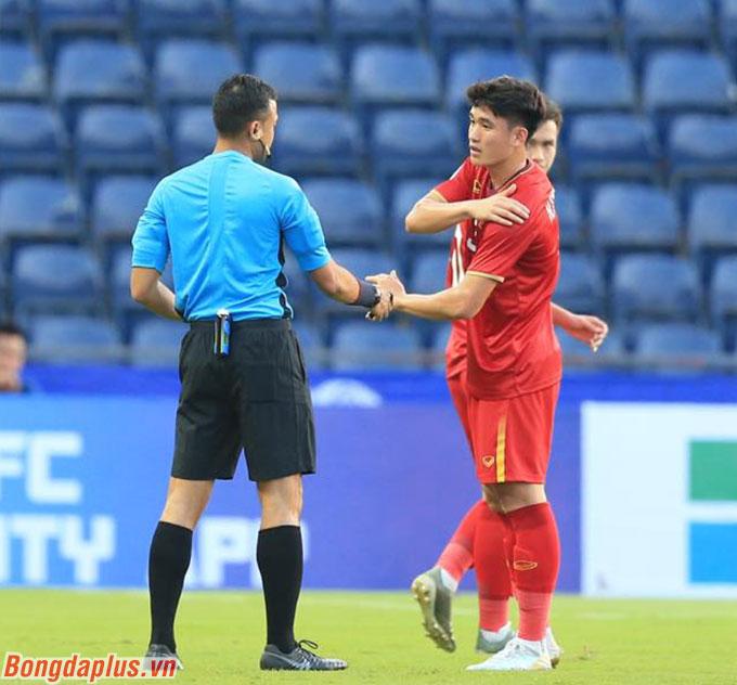 U23 Việt Nam cần cẩn trọng với tấm thẻ vàng của Tấn Sinh, Đức Chiến - Ảnh: Minh Tuấn