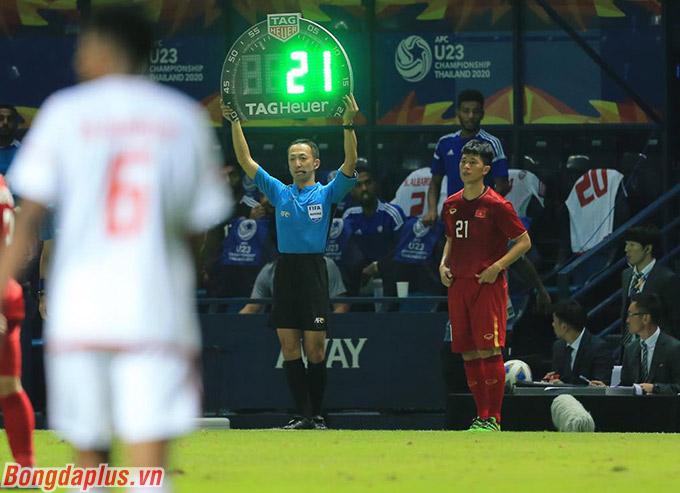 Trung vệ Đình Trọng được tung vào sân trong hiệp 2.