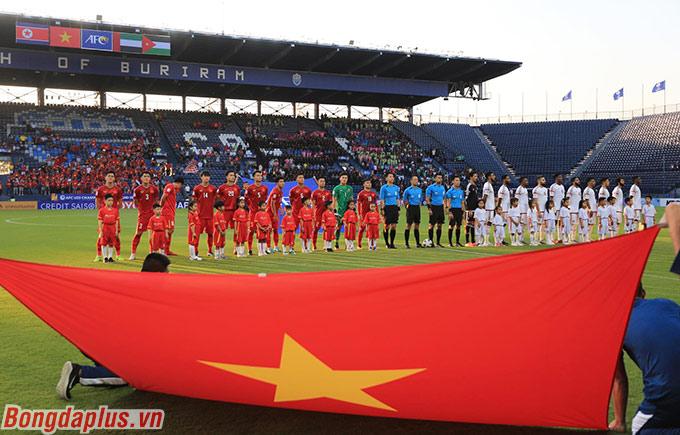 Bùi Tiến Dũng (áo xanh) xuất hiện trong đội hình chính thức của U23 Việt Nam khi gặp U23 UAE
