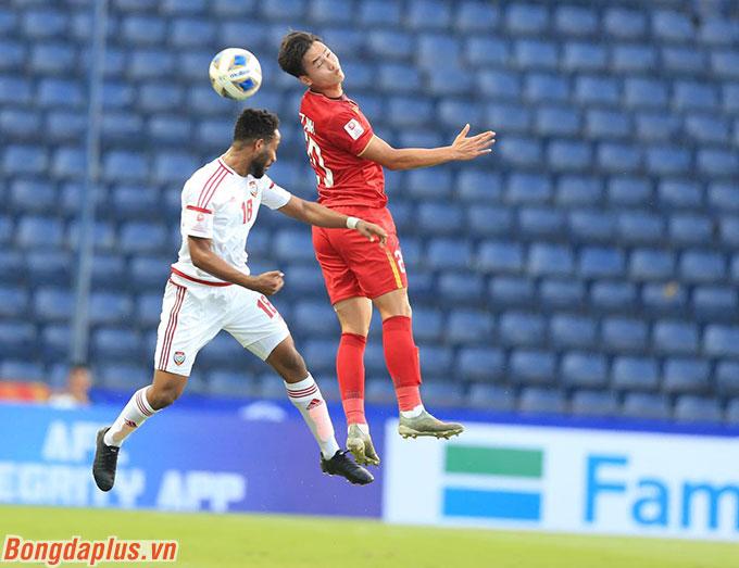 Bùi Hoàng Việt Anh được xếp đá hậu vệ phải là bất ngờ trong việc xếp đội hình của ông Park.