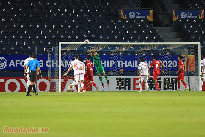 Bùi Tiến Dũng chơi cực hay, giúp U23 Việt Nam đứng vững trước U23 UAE - Ảnh: Minh Tuấn