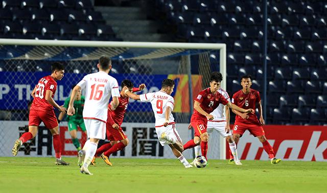 Sự có mặt của Đình Trọng đã giúp hàng phòng ngự của U23 Việt Nam chơi chắc chắn hơn.