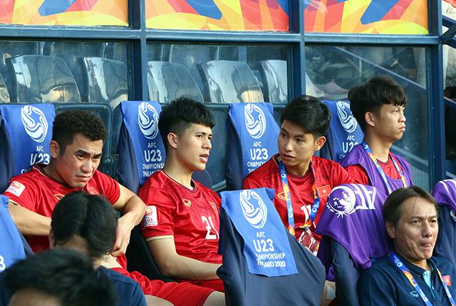 Anh trao đổi với Trọng Hùng về cách chơi của U23 Việt Nam