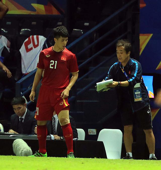 Trợ lý Lee Young Jin căn dặn Đình Trọng về chiến thuật