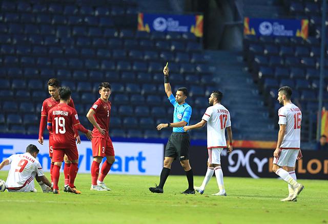 U23 Việt Nam chủ động đưa Đình Trọng và thay Tấn Sinh, đây là cầu thủ đã phạm lỗi với Ali Saleh ngay sát vòng cấm. Trọng tài Taqui sau khi có sự hỗ trợ của VAR đã quyết định không cho U23 UAE được hưởng penalty