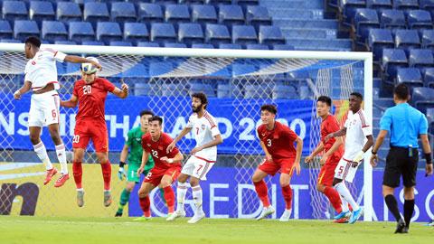 Hàng thủ U23 Việt Nam (áo đỏ) trong trận gặp U23 UAE chưa khiến HLV Park Hang Seo yên tâm Ảnh: MINH TUẤN