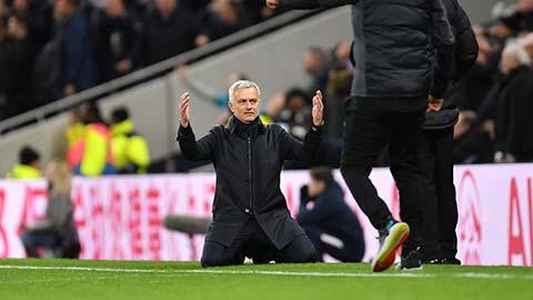 Mourinho quỳ rạp, ôm trọng tài sau pha bỏ lỡ không tưởng của học trò