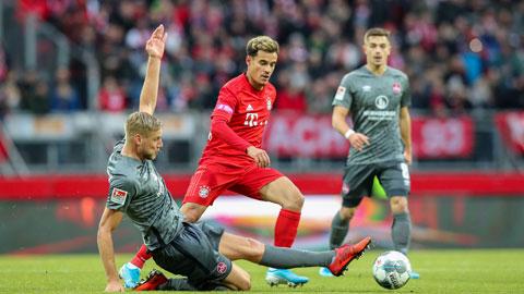 Coutinho (giữa) bất lực trước các cầu thủ Nuernberg ở trận thua 2-5