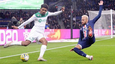 """""""Hậu vệ"""" Neymar (phải) đang cố gắng ngăn Fofana (St.Etienne) trong một pha dứt điểm"""