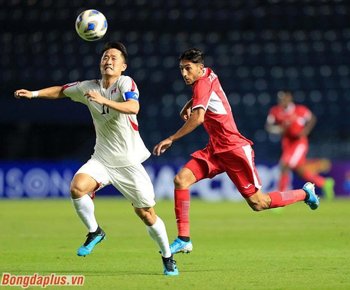 Al Naimat (đỏ) thường xuyên di chuyển rất nhanh vượt qua đối thủ - Ảnh: Minh Tuấn