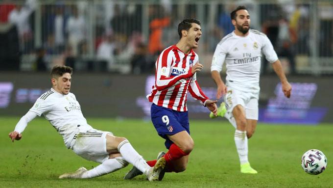 Valderde phạm lỗi từ phía sau với Morata