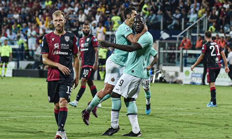 Hàng thủ kém cỏi sẽ biến Cagliari thành mồi ngon cho Lukaku (số 9) và đồng đội