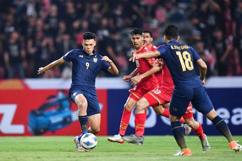 Supachai (bìa trái) và đồng đội đủ sức giành điểm trước đối thủ mạnh Iraq