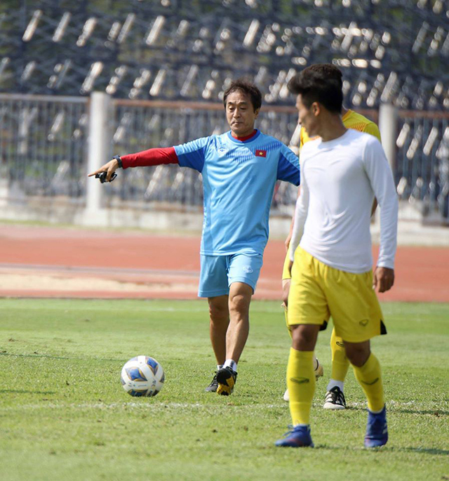 Trợ lý Lee Yong Jin hướng dẫn các cầu thủ tập luyện