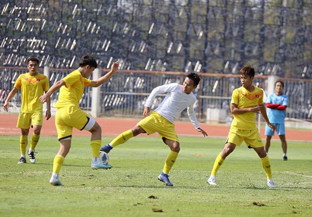 Triệu Việt Hưng (áo trắng) rất khát khao được ra trận