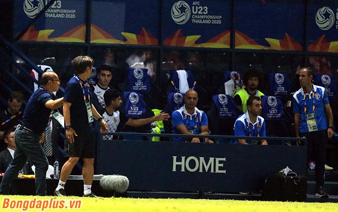 Ở cuối trận đấu giữa U23 Việt Nam và U23 Jordan, trợ lý Nguyễn Văn Đàn đã không sớm đưa bóng cho cầu thủ đối phương. Hành động này khiến trợ lý bên phía Jordan bực bội.