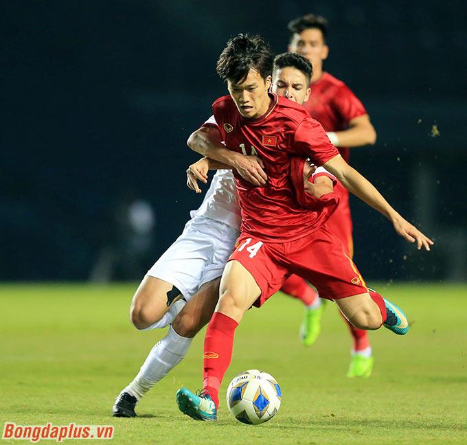 Các cầu thủ U23 Việt Nam bắt đầu đẩy cao được đội hình để tìm kiếm bàn thắng.