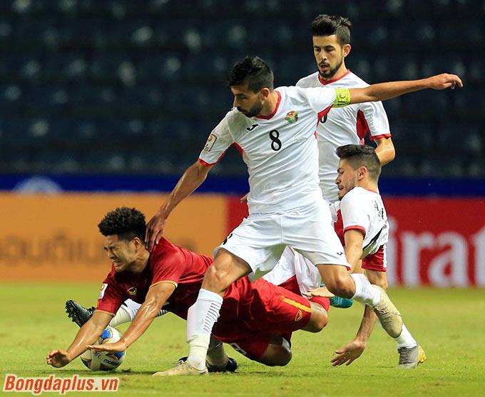 HLV Park Hang Seo tung Đức Chinh trong hiệp 2. Cầu thủ này khiến hậu vệ U23 Jordan vất vả truy cản bởi tốc độ và sự lỳ lợm của mình.