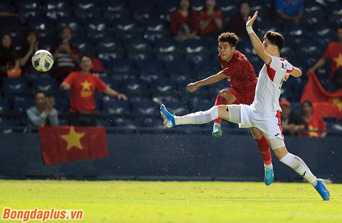 Chính Đức Chinh đã tung ra một cú sút xa khiến thủ môn U23 Jordan thót tim ở cuối hiệp 2.