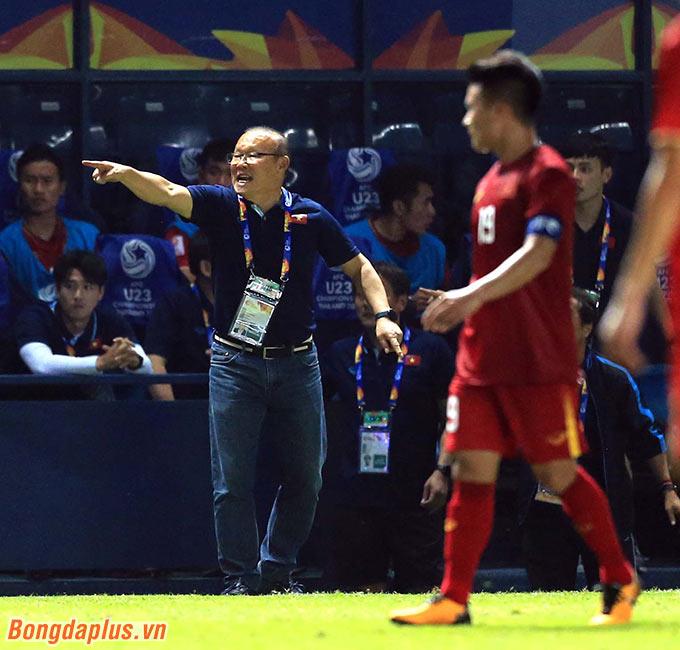 HLV Park Hang Seo tích cực chỉ đạo các học trò ở thời điểm cuối trận.