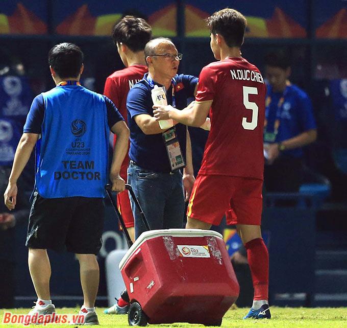 HLV Park Hang Seo động viên các học trò sau khi có thêm 1 trận hòa không bàn thắng nữa.