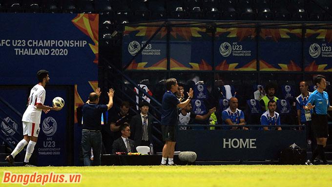 Ngay khi ấy, HLV Park Hang Seo đã chạy ra và yêu cầu trợ lý của mình xin lỗi U23 Jordan.