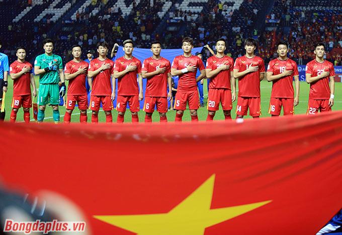 Quay trở lại với thời điểm đầu trận, U23 Việt Nam tung ra sân đội hình với 2 sự thay đổi. Thanh Sơn và Tấn Tài đá chính thay cho Đức Chinh, Tấn Sinh.