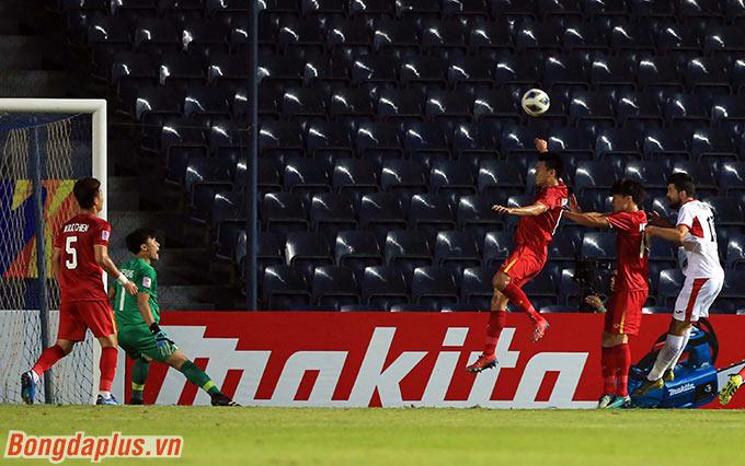 Tuy nhiên, cánh trái của U23 Việt Nam lại bị U23 Jordan liên tục khai thác ở 30 phút đầu tiên.