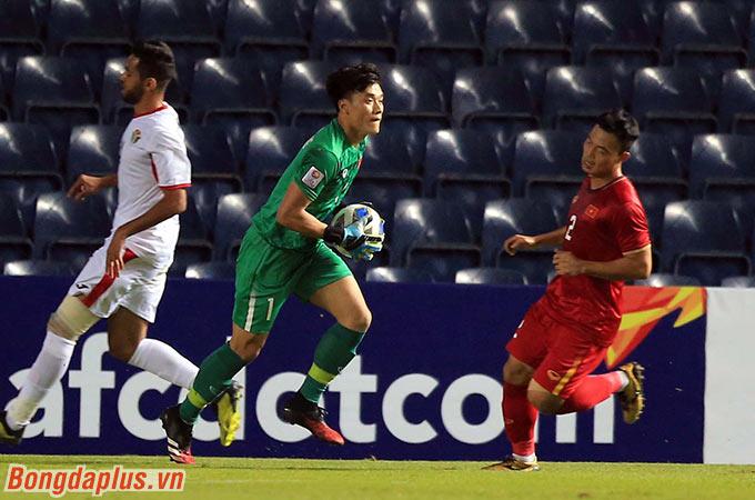 Thủ môn Bùi Tiến Dũng tiếp tục có một trận đấu tốt khi liên tục cản phá thành công những pha dứt điểm đến từ Jordan.