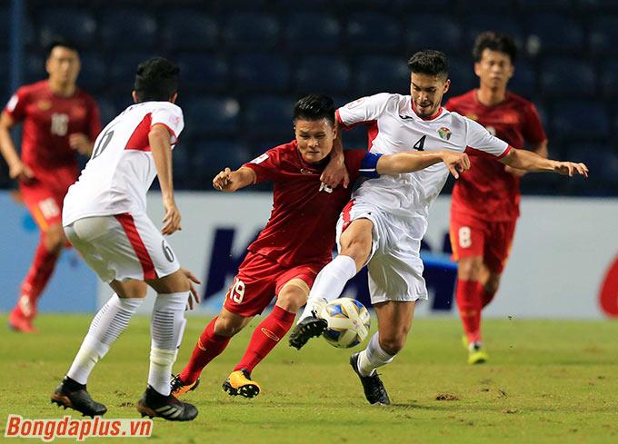 Đội trưởng Quang Hải phải chơi thấp. Anh gồng mình trong vòng vây của U23 Jordan.