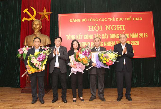 Đồng chí Phùng Minh Cường và Vương Bích Thắng đã trao Huy hiệu 30 năm tuổi Đảng cho 3 đồng chí đảng viên - Ảnh: Bùi Lượng