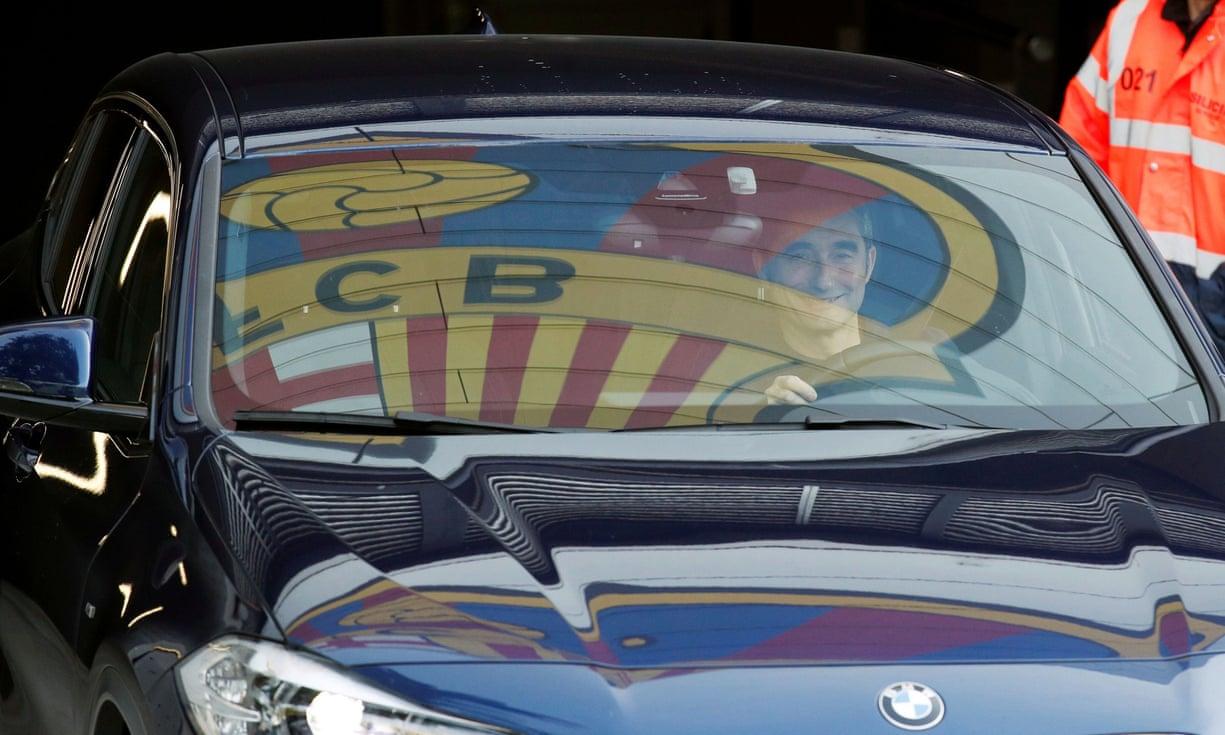 Valverde lái xe rời khỏi trung tâm huấn luyện của Barca