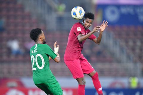 Qatar (phải) đang ở vào tình thế khó dù chỉ phải gặp một Nhật Bản đã bị loại