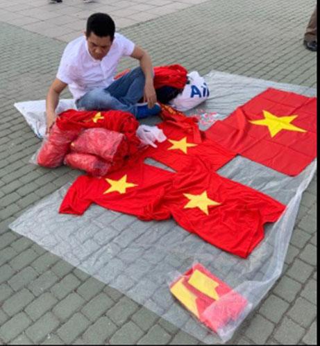Một người Việt bán áo của CĐV Việt Nam tại Chang Arena