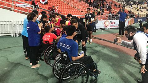 Thuyền trưởngU23 Thái Lan cúi mình, 'selfie' cùng các CĐV khuyết tật