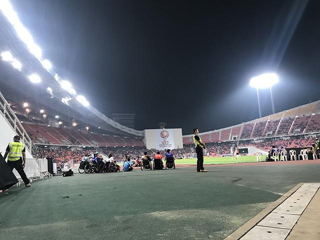 CĐV người khuyết tận được ngồi sau góc sân để xem bóng đá