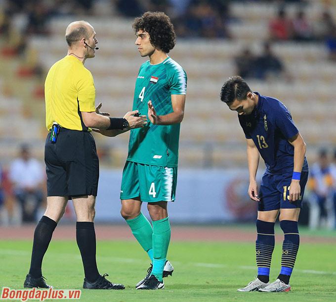 Trọng tài chính sau khi tham khảo từ VAR xác nhận cầu thủ U23 Iraq dùng tay chơi bóng trong vòng cấm địa