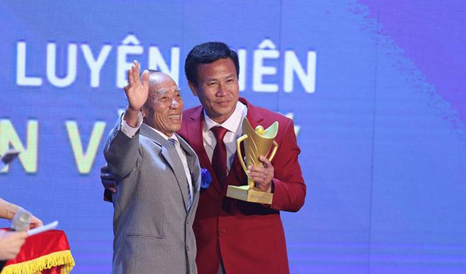 """HLV Trần Văn Sý (điền kinh) được vinh danh """"HLV của năm"""" Cúp chiến thắng 2019"""