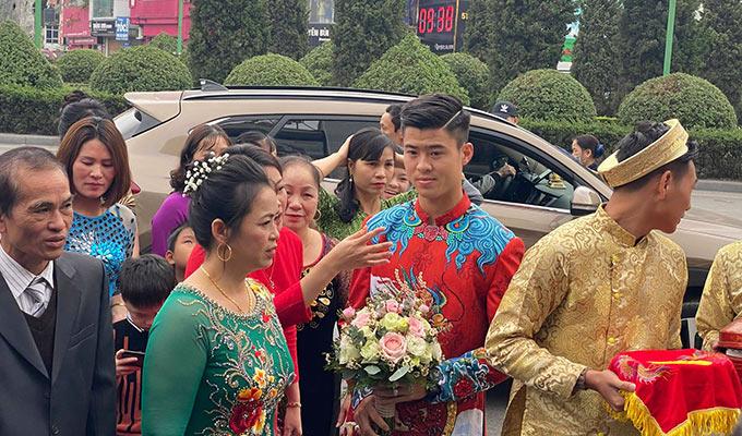 Trung vệ của Hà Nội FC tỏ ra hồi hộp trong lúc chờ đợi vào nhà gái làm lễ. Cô Lê Thị Lan, mẹ Duy Mạnh tiết lộ con trai đã sút mấy cân do lo nghĩ, chuẩn bị cho chuyện đại sự của cuộc đời