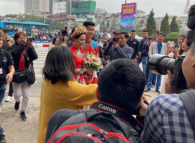Trước khi quyết định đi đến hôn nhân, Duy Mạnh và người bạn gái xinh đẹp Quỳnh Anh đã có 4 năm tìm hiểu nhau. Trung vệ 24 tuổi cho biết bản thân muốn ổn định sớm chuyện gia đình để tập trung lo cho sự nghiệp