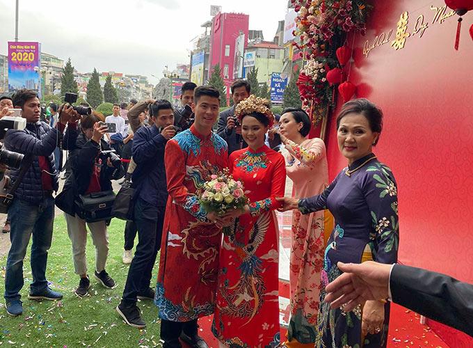 Bà xã tương lai của Duy Mạnh là em vợ của tiền đạo Văn Quyết - Huyền Mi. Huyền Mi (áo dài hồng) tất bật lo cho đám hỏi của em gái
