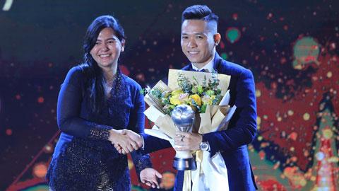 Văn Vũ trong lễ vinh danh Cầu thủ  xuất sắc nhất Đông Nam Á 2019  Ảnh: Minh Tuấn