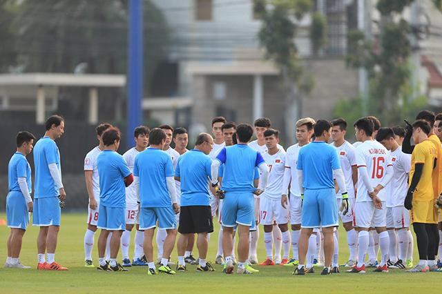 Thầy Park dặn dò học trò trước buổi tập cuối cùng chuẩn bị cho trận đấu với U23 Triều Tiên