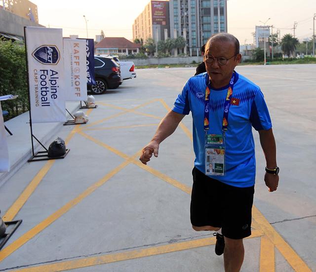 HLV Park Hang Seo đến sân và ông là người bước vào đầu tiên