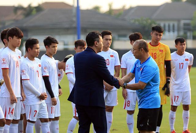 Bắt tay Phó Chủ tịch VFF - Trần Quốc Tuấn sau khi nghe đọc thư động viên của Thủ tướng Nguyễn Xuân Phúc