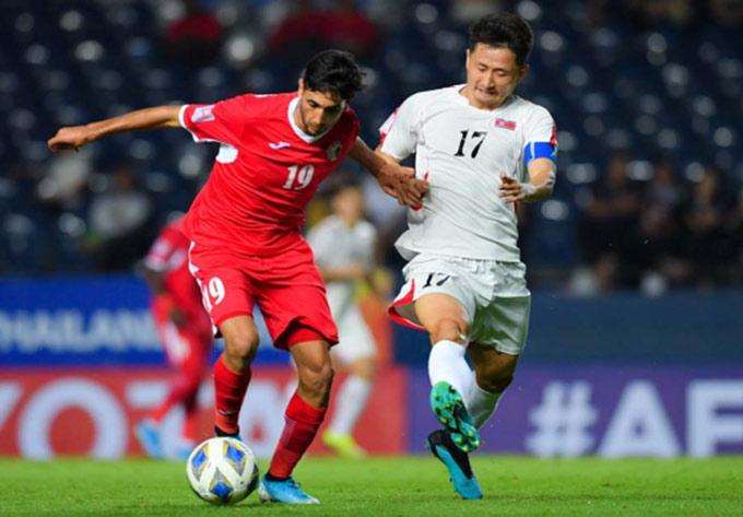 Ri Yong Gwon là mắt xích yếu trong hàng thủ U23 Triều Tiên, dù đeo băng thủ quân