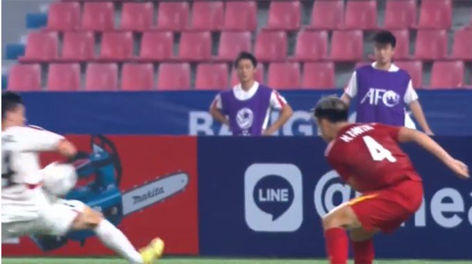 Bóng chạm vào mạng sườn của cầu thủ Triều Tiên trước khi chạm vào cánh tay của cầu thủ này