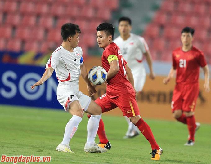 U23 Việt Nam dồn ép Triều Tiên ngay từ những phút đầu tiên - Ảnh: Minh Tuấn
