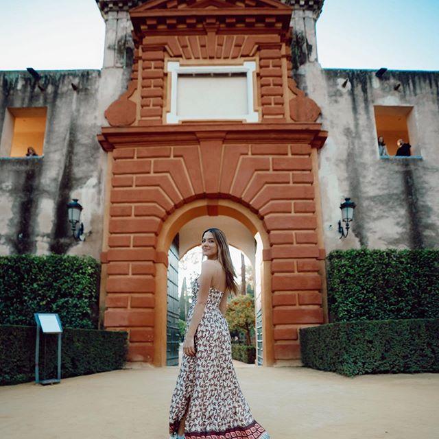 """Theo báo chí Anh, Sarah tình cờ gặp Chicharito rồi yêu chân sút Mexico này trong 1 chuyến du lịch trước khi """"Hạt đậu nhỏ"""" thi đấu ở VCK World Cup 2018. Ngay sau khi kết thúc nhiệm vụ với ĐTQG, Chicharito đã đưa Sarah đi du lịch."""